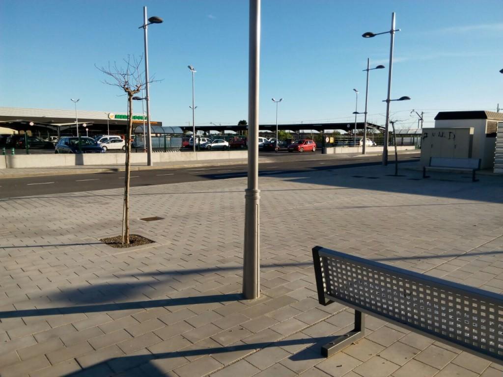 imagen de la zona con acceso directo al vial de entrada de la superficie comercial
