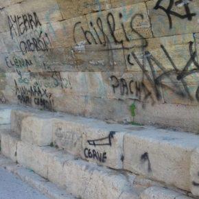 Ciudadanos pide a ZeC que limpie los grafitis que afean el puente de Piedra