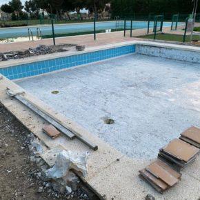 El Ayuntamiento de Farlete triplica los metros cuadrados de césped para la apertura de las piscinas este verano