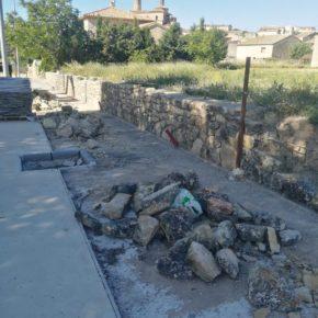 El Ayuntamiento de Fuendetodos habilita una zona de paseo en los accesos al municipio