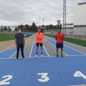 El concejal de Deportes visita al atleta olímpico Carlos Mayo en su entrenamiento en las pistas de atletismo José Navarro Bau