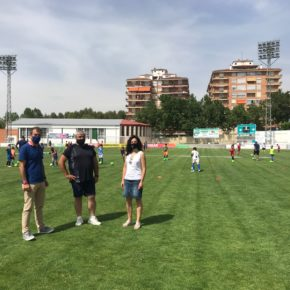 El Ayuntamiento y la Escuela de fútbol del CD Teruel fomentan el deporte entre niños con pocos recursos